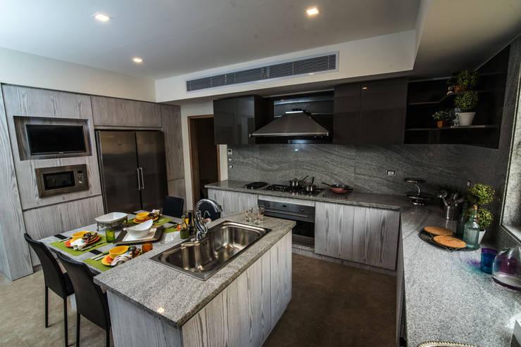Family Kitchen:  Kitchen units by Micasa Design
