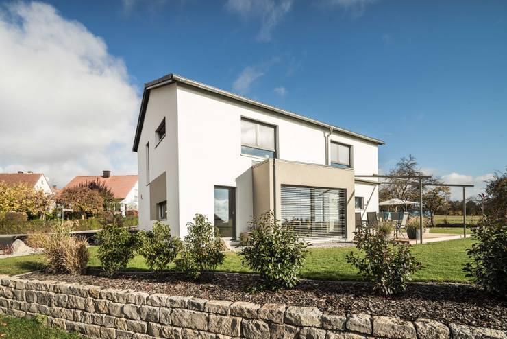 Effizienzhaus in innovativer Massivholzbauweise:  Einfamilienhaus von wir leben haus - Bauunternehmen in Bayern