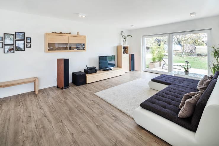 Effizienzhaus in innovativer Massivholzbauweise:  Wohnzimmer von wir leben haus - Bauunternehmen in Bayern