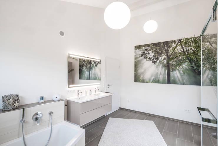 Effizienzhaus in innovativer Massivholzbauweise: moderne Badezimmer von wir leben haus