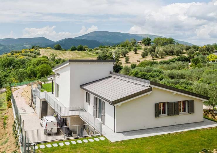 Projekty,   zaprojektowane przez Costantini Case in Legno