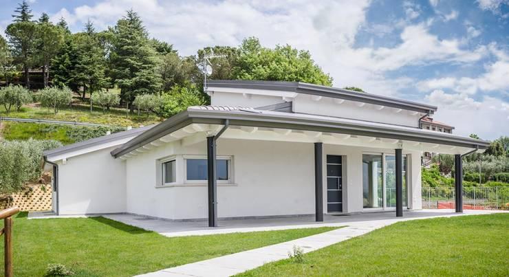 Projekty, nowoczesne Domy zaprojektowane przez Costantini Case in Legno