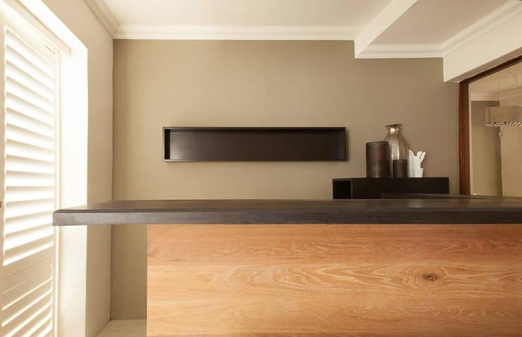 House Varyani:  Kitchen by Redesign Interiors