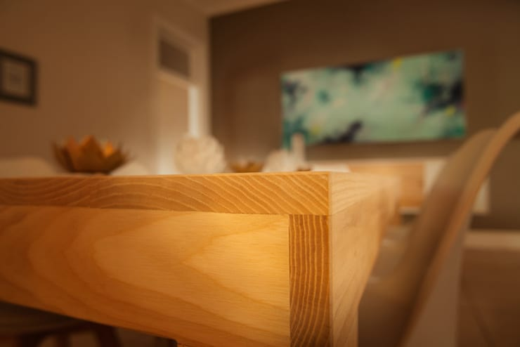 House Varyani:  Dining room by Redesign Interiors