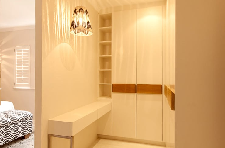 House Varyani:  Dressing room by Redesign Interiors