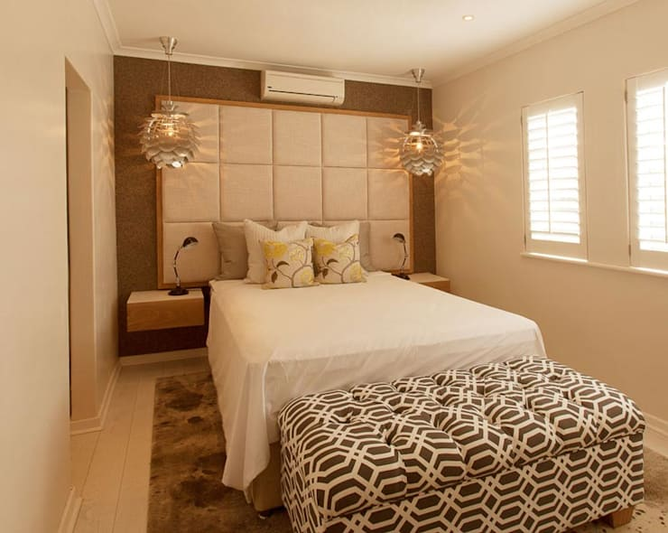 House Varyani:  Bedroom by Redesign Interiors