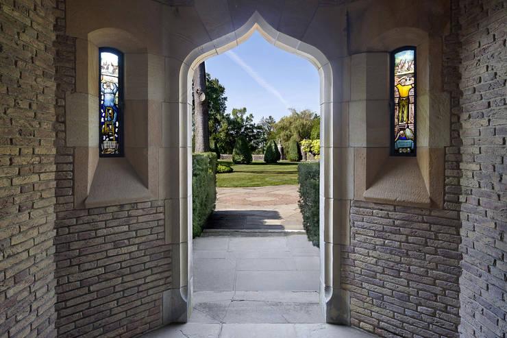 Round Hill Estate:  Corridor & hallway by andretchelistcheffarchitects