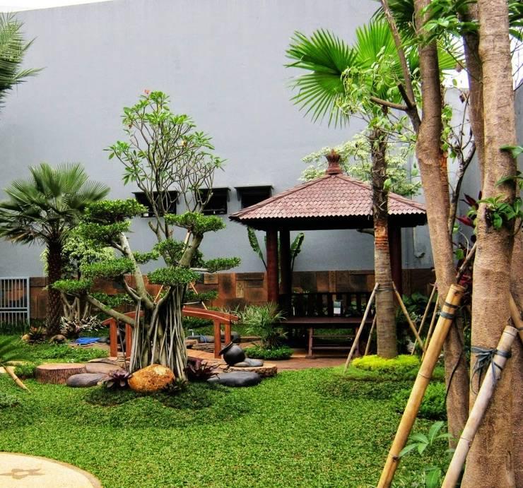 Jardín de estilo  por TUKANG TAMAN SURABAYA - jasataman.co.id