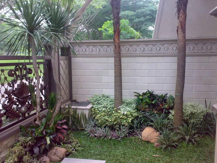 Taman Klasik:  Garden  by TUKANG TAMAN SURABAYA - jasataman.co.id