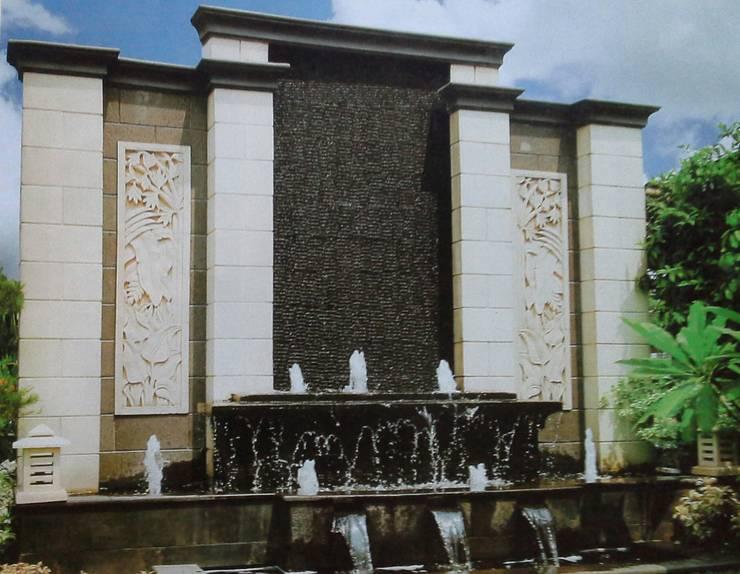 Air mancur | Water wall dan Kolam Hias Koi:  Garden  by TUKANG TAMAN SURABAYA - jasataman.co.id