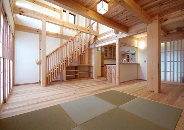 岩槻の家: 一級建築士事務所 匠拓が手掛けたリビングです。