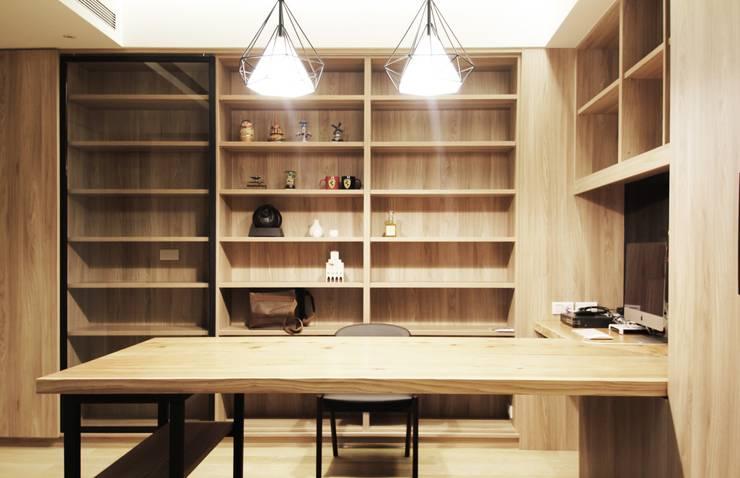 中區 複層住宅:  書房/辦公室 by 馬汀空間設計