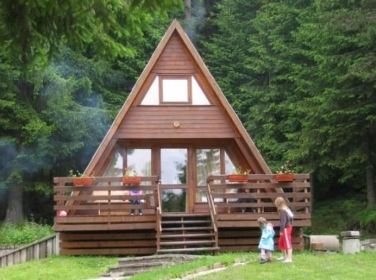 Casas de madera de estilo  por SİSNELİ AHŞAP EV - AĞAÇ EV - KÜTÜK EV - BUNGALOV -KAMELYA