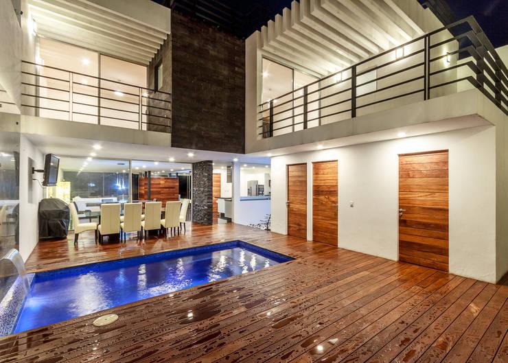 Pool by SANTIAGO PARDO ARQUITECTO, Modern