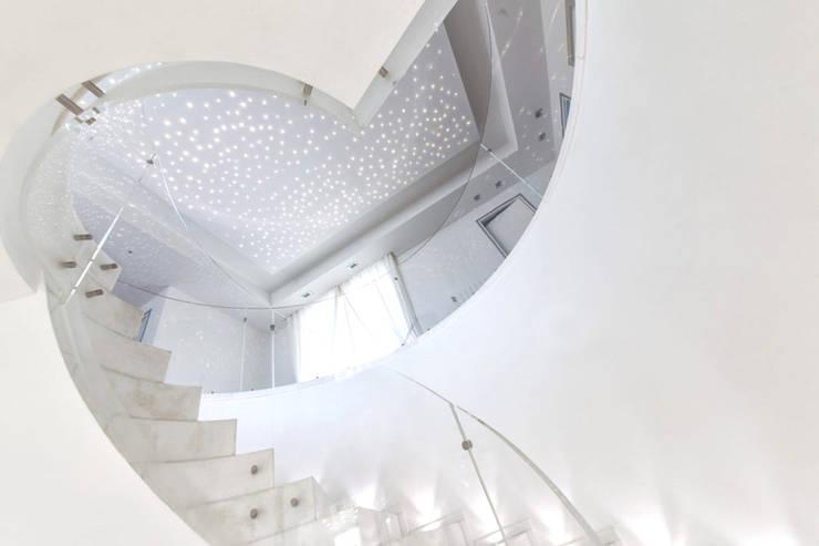Pasillos y recibidores de estilo  por Morelli & Ruggeri Architetti