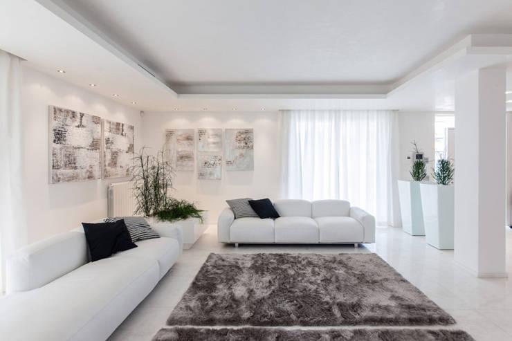 غرفة المعيشة تنفيذ Morelli & Ruggeri Architetti