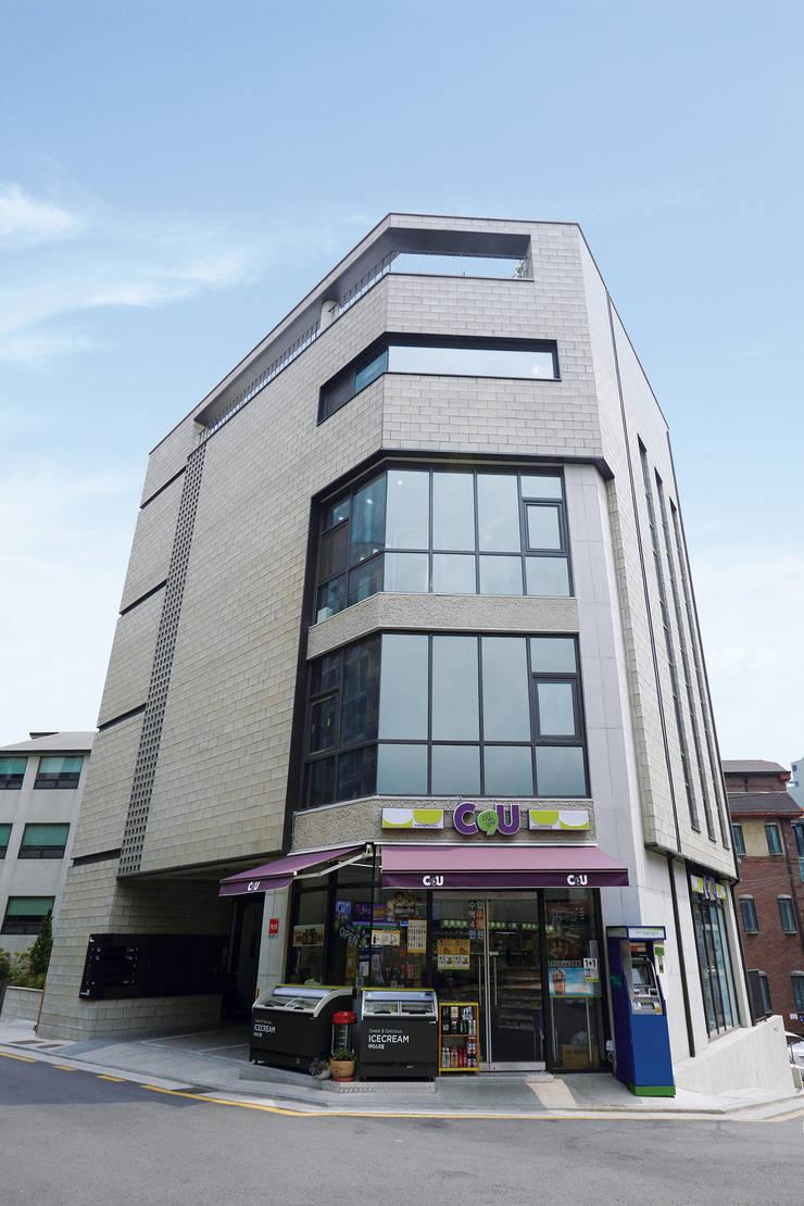 전면 파사드: 라움플랜 건축사사무소의  주택