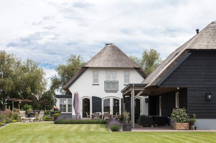 Ontwerp landelijke woning Ewijk:  Huizen door Bob Romijnders Architectuur & Interieur, Landelijk