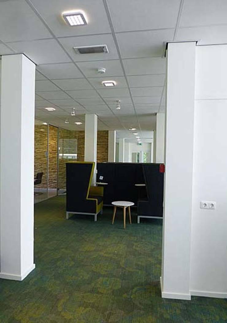 Ruimte voor informeel overleg of ontspanning:  Studeerkamer/kantoor door Jan Detz Interieurarchitect