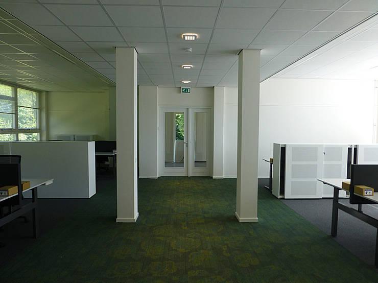 Veel ruimte tussen de bureau's geeft een zeer ruimtelijk effect. Kasten tussen de bureau's om privacy te creëren.:  Kantoorgebouwen door Jan Detz Interieurarchitect