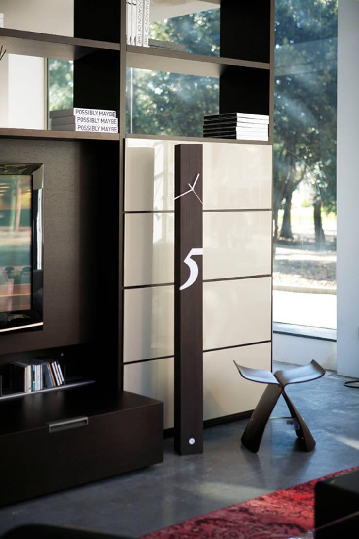 Tothora Totem 150 - Wenge:  Living room by Just For Clocks