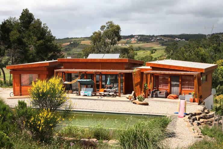 RUSTICASA   Ecovilla   Torres Vedras: Casas de madeira  por Rusticasa