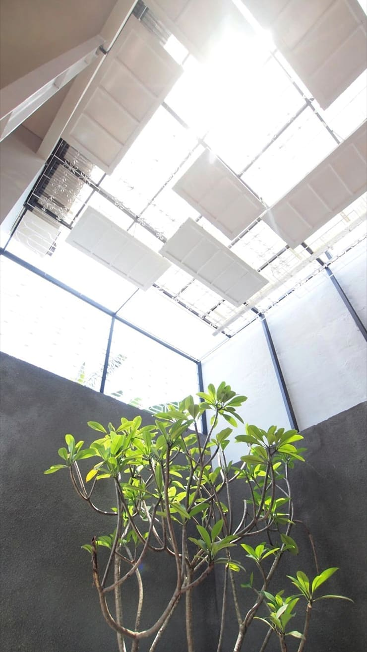 Innercourt Cage House:  Kolam taman by Parametr Architecture