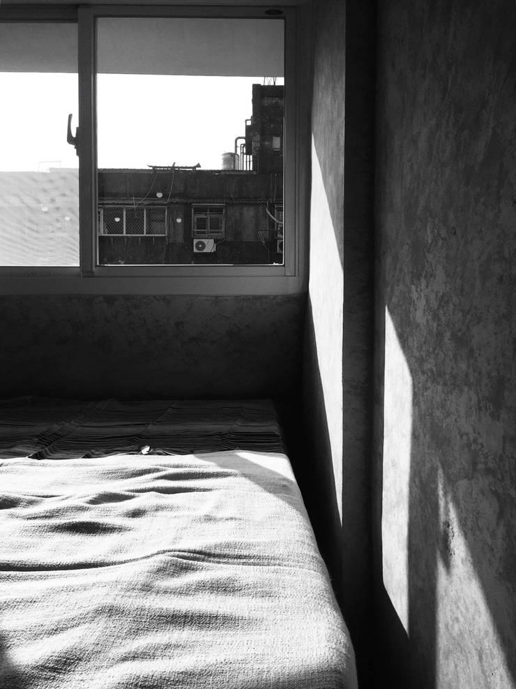輕工業小宅:  臥室 by DIANTHUS 康乃馨室內設計