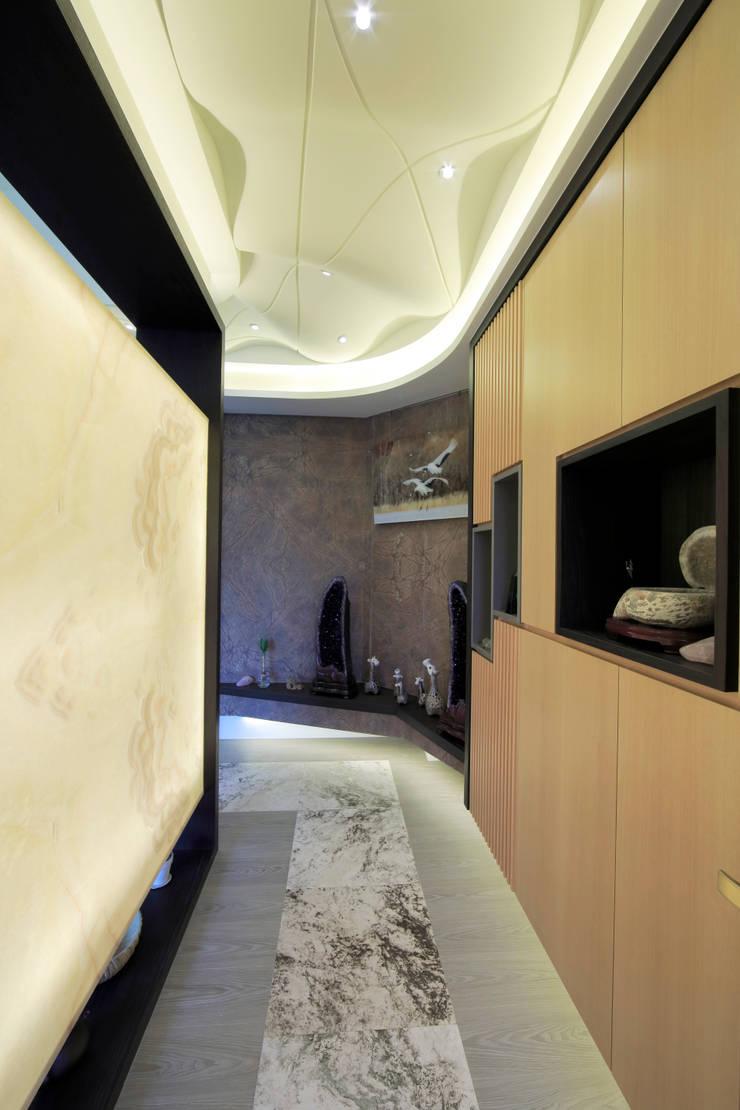 收藏家私宅:  走廊 & 玄關 by DIANTHUS 康乃馨室內設計