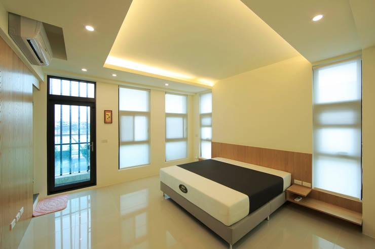 收藏家私宅:  臥室 by DIANTHUS 康乃馨室內設計