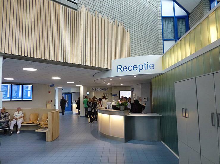 De Receptiebalie is aangepast en beter zichtbaar:  Ziekenhuizen door Jan Detz Interieurarchitect, Modern