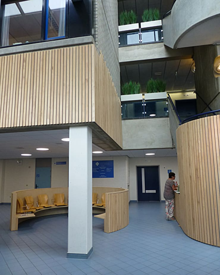 De wachtruimte heeft nu structuur:  Ziekenhuizen door Jan Detz Interieurarchitect, Modern