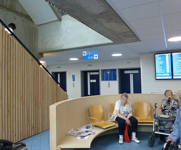 Losse stoelen zijn een bank geworden:  Ziekenhuizen door Jan Detz Interieurarchitect, Modern