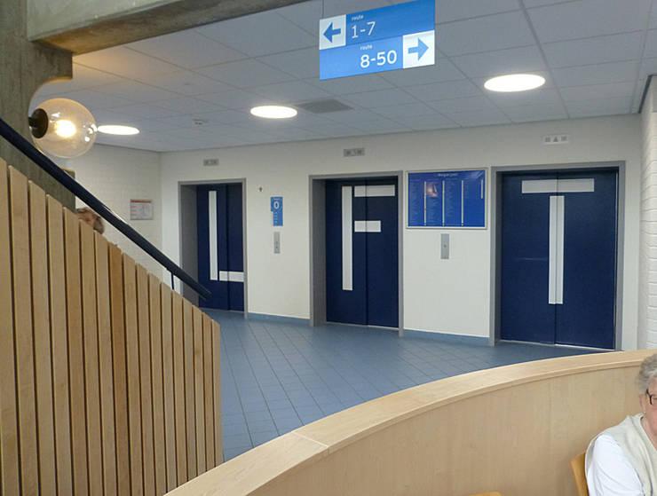 Grapje met de liftdeuren, goed zichtbaar:  Ziekenhuizen door Jan Detz Interieurarchitect, Modern