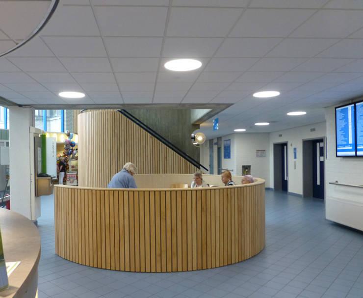 Losse stoelen zijn een bank geworden, met zit niet meer verloren in de hal:  Ziekenhuizen door Jan Detz Interieurarchitect, Modern