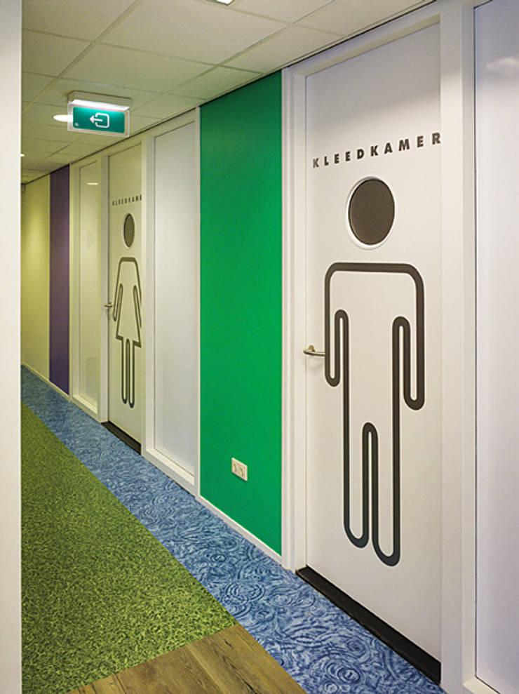 Deuren naar kleedkamers:  Fitnessruimte door Jan Detz Interieurarchitect, Modern