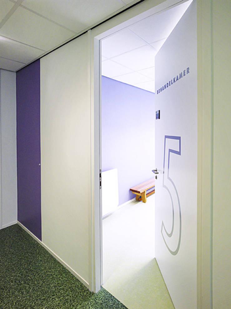 Behandelruimte Fysiotherapeut:  Fitnessruimte door Jan Detz Interieurarchitect, Modern