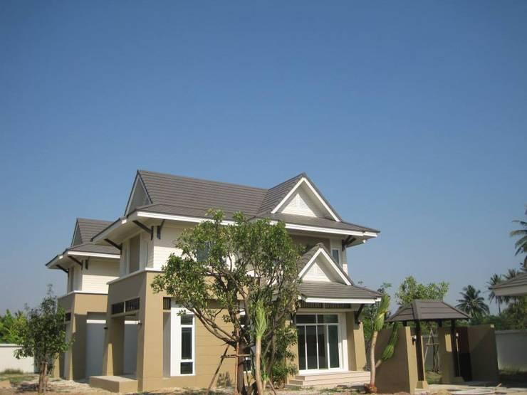 บ้านพักอาศัย 2 ชั้น คุณยอดยิ่ง คำนนท์ ปี 2013:   by i am architect CO.,Ltd.