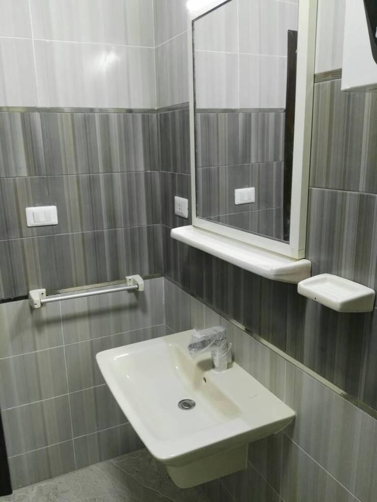 حمام كبير:  حمام تنفيذ New Home Architecture
