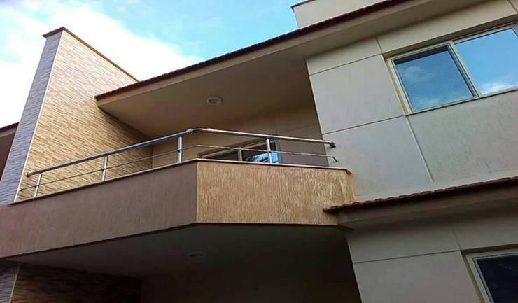 تراس علوي:  منزل عائلي صغير تنفيذ New Home Architecture