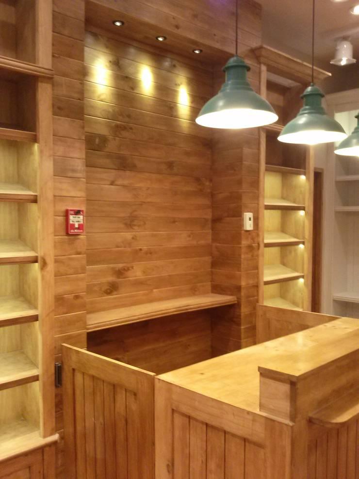 Tienda de Ropa para Niños de J.H. Novoart E.I.R.L. Clásico Madera Acabado en madera