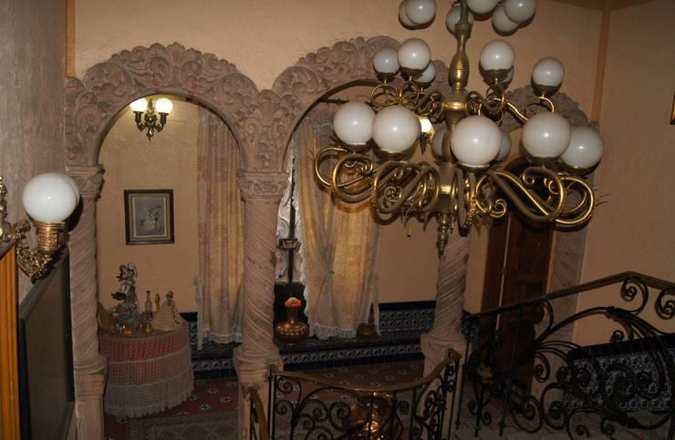 Detalles en cantera: Vestíbulos, pasillos y escaleras de estilo  por Arketzali Taller de Arquitectura