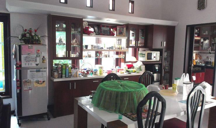 Pantry Griya Shanta J.444-445 Malang:  Kitchen by  the OWL