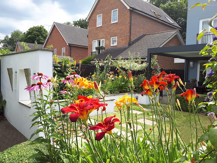 Small, contemporary garden Bracknell, Berkshire:  Garden by Linsey Evans Garden Design