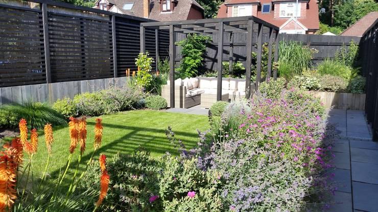 Jardines de estilo  por Linsey Evans Garden Design