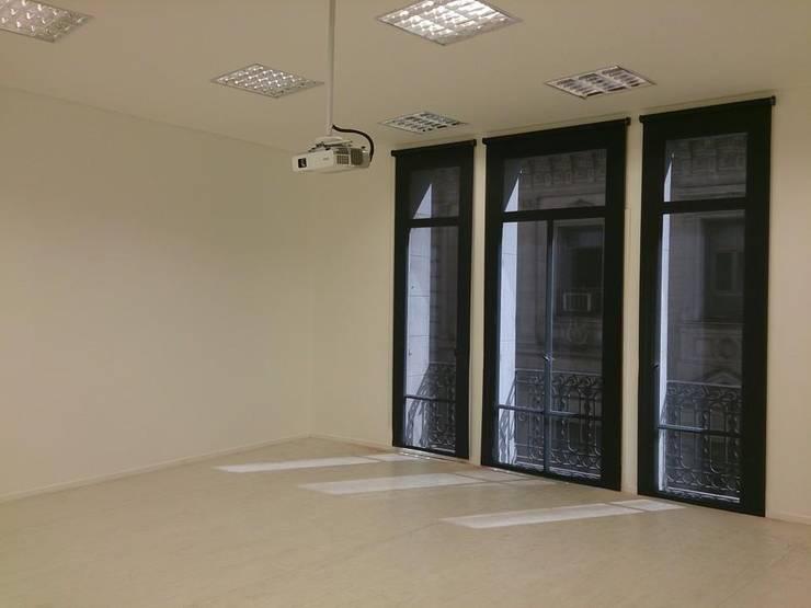 interiores corporativos: Estudios y oficinas de estilo  por 253 ARQUITECTURA,