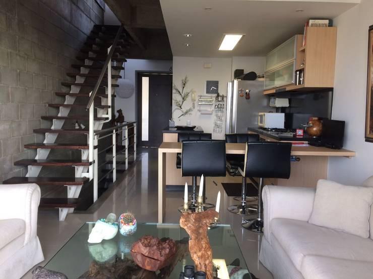 Primer nivel del apartamento con escaleras abiertas.: Salas de estilo  por CH Proyectos Inmobiliarios