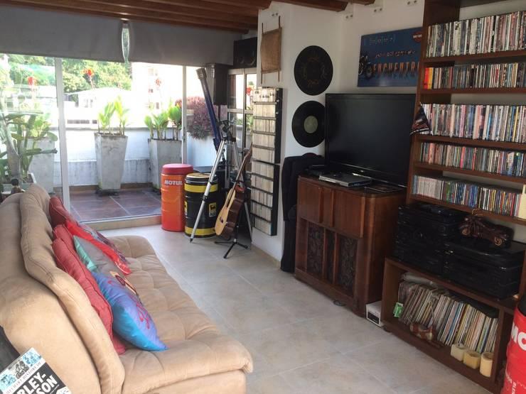 Estudio y terraza con jacuzzi: Estudios y despachos de estilo  por CH Proyectos Inmobiliarios
