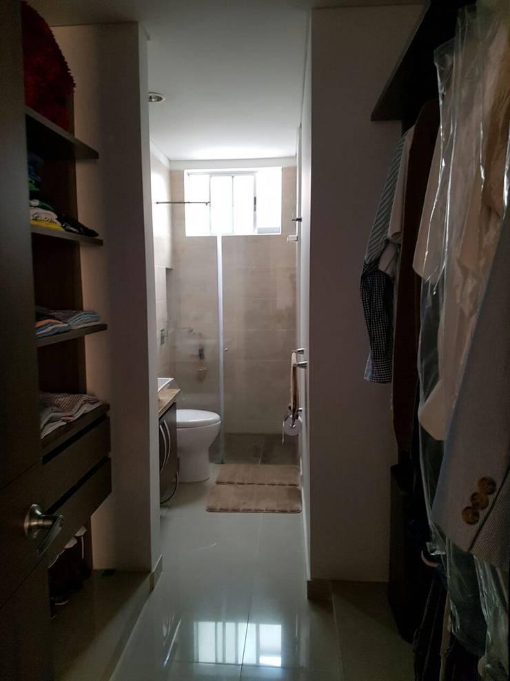 Vestier y baño de la habitación principal.: Baños de estilo  por CH Proyectos Inmobiliarios