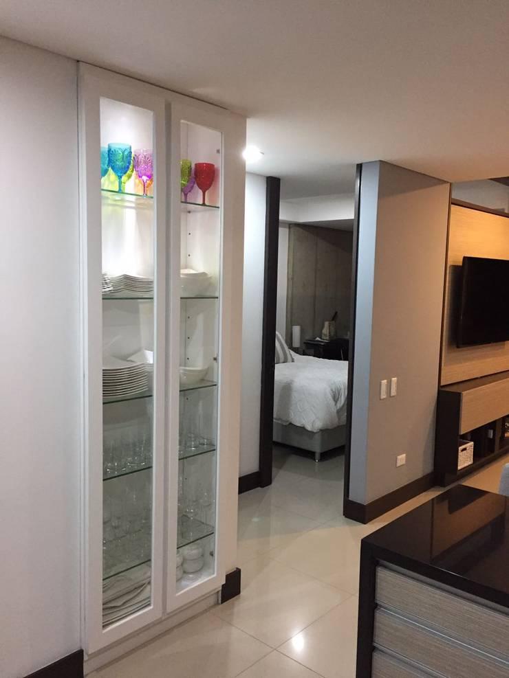 Pasillo entre la cocina abierta la alcoba principal y la sala comedor.: Pasillos y vestíbulos de estilo  por CH Proyectos Inmobiliarios